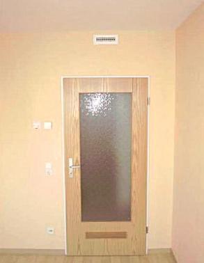 Primer dovoda zraka v prostor nad vrati ter povratek spodaj